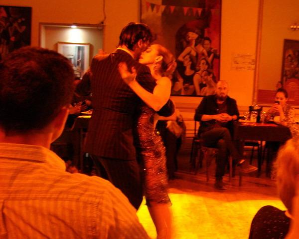 La Nacional Show de Tango bailarines bien cerca del público
