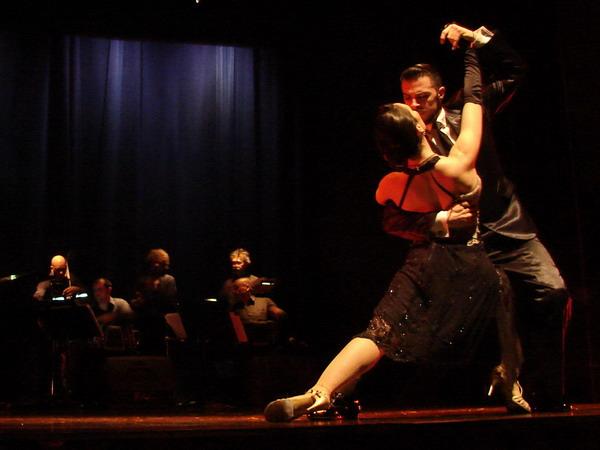 Piazzolla Tango cena show impactante pose de Tango